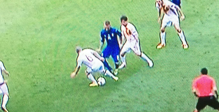 VIDEO: Daniele De Rossi Catches Andres Iniesta With Very Cheeky Nutmeg